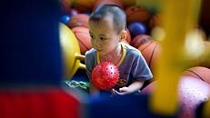 Terapia com brinquedos ajuda bebés com problemas neuromotores