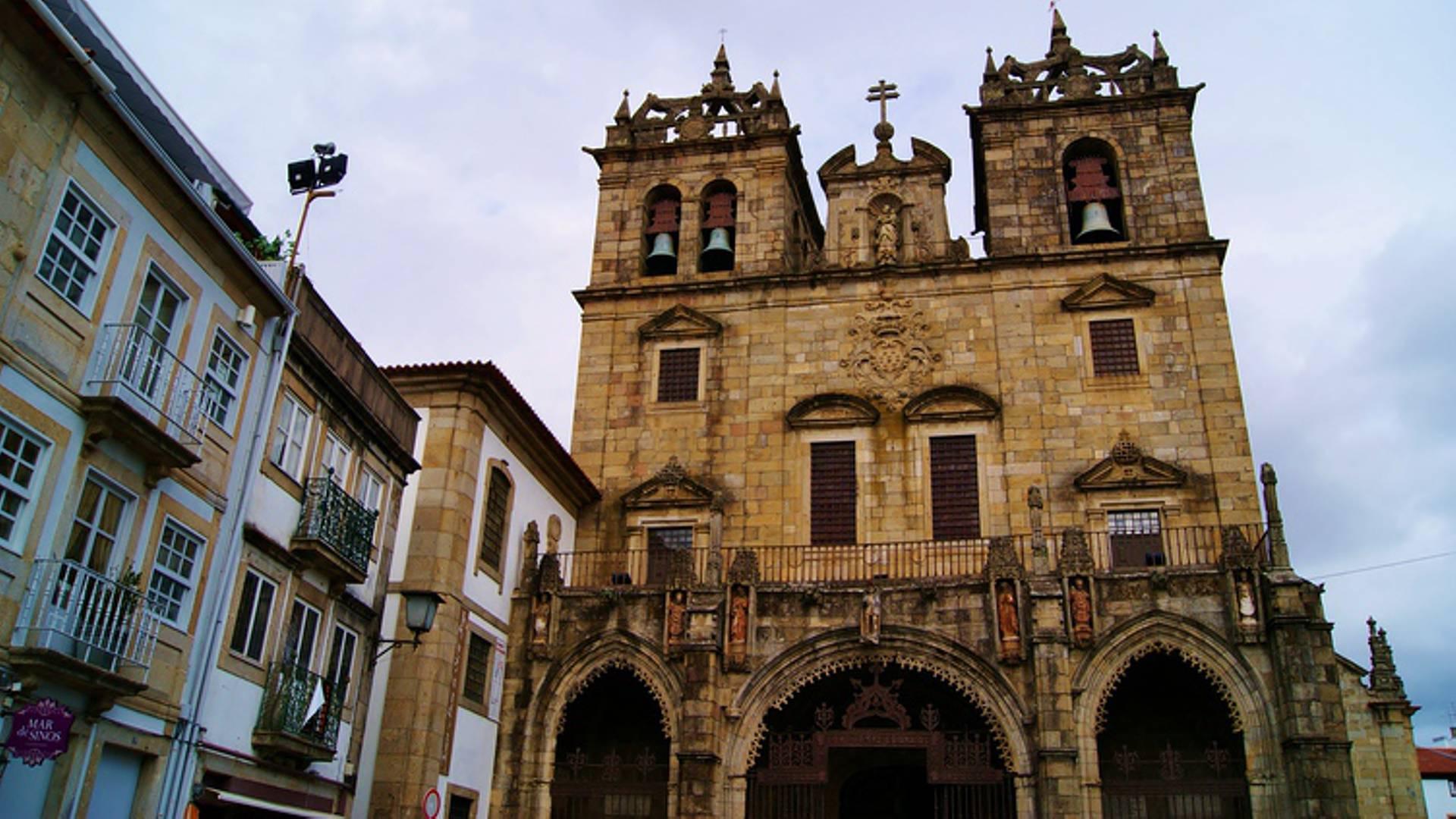 Vida noturna e caminhos da fé partilham calçada em Braga