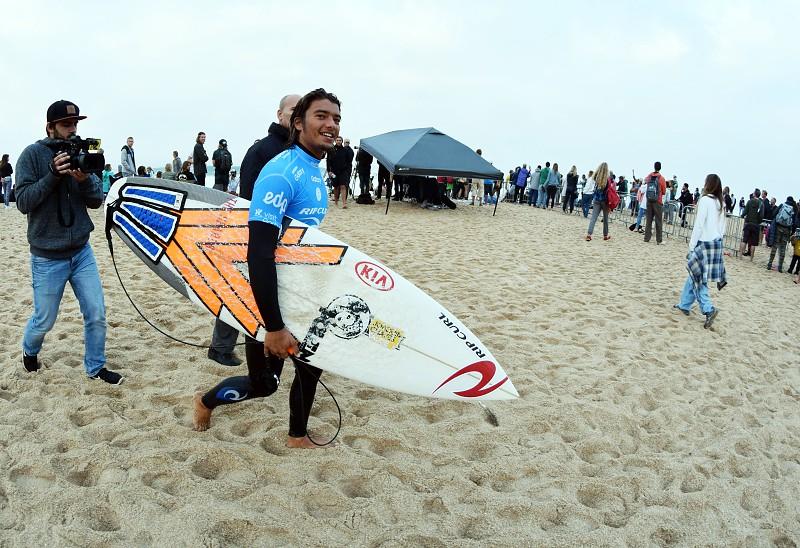 Circuito Mundial De Surf : Circuito mundial de surf em peniche interrompido nova