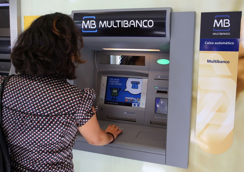 Resultado de imagem para Deco: 12 mil famílias endividadas sem conta de serviços mínimos bancários