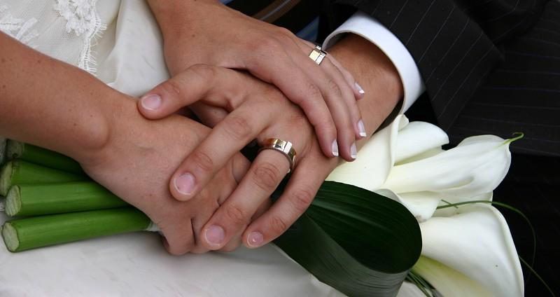 Resultado de imagem para Filhos tentam anular casamento de pai de 101 anos com empregada de 52
