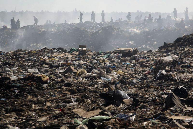 Resultado de imagem para Pelo menos seis mortos devido a colapso de montanha de lixo