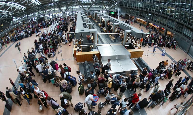 Resultado de imagem para Aeroporto de Hamburgo já foi reaberto. Bombeiros encontraram uma lata de gás pimenta vazia