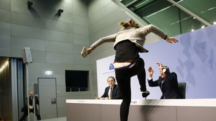 Jovem interrompe conferência de imprensa de Mario Draghi