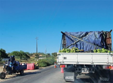 Antes de vigorar o Decreto Presidencial sobre o Estado de Emergência, eram incontáveis os camiões e carrinhas que subiam em direcção ao Sumbe e desciam para Luanda, lotados com produtos e materiais diversos.