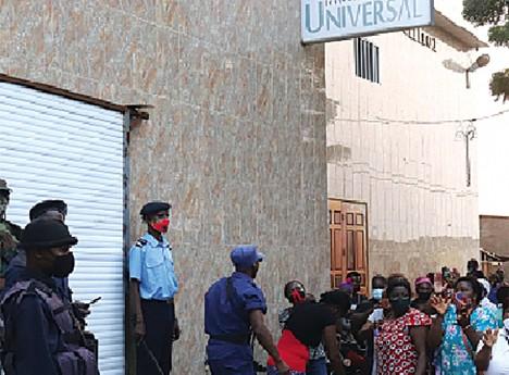 Forças da ordem durante a manifestação dos obreiros da IURD no Prenda em Luanda