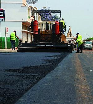 A reabilitação das ruas e passeios de Menongue estão a deixar a cidade com um renovado e atraente aspecto
