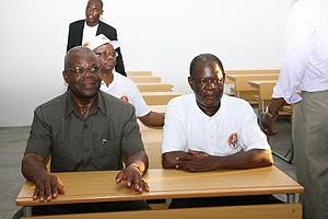 Governador Mawete João Baptista (à esq.) na sala de aulas de  uma escola que ele próprio inaugurou