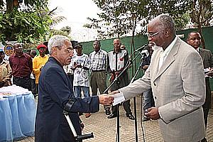 Vice-ministro Sebastião Lukinda (à dir.)quando fazia a entrega do cartão a um beneficiário da Segurança Social