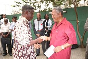 Lulas da Paixão e Massano Júnior no acto de entrega de cartões de pensionista a músicos