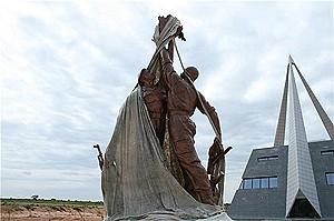 Estátua simbolizando o heroísmo das forças armadas de Angola e de Cuba