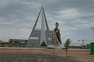 Uma vista do imponente edifício de aproximadamente 35 metros construído em homenagem aos heróis do Cuito Cuanavale