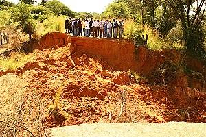 Autoridades municipais durante uma visita de campo às áreas atingidas pelas ravinas que ameaçam engolir Cuito Cuanavale