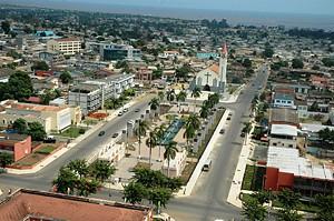 Vista aérea da bela cidade de Cabinda com a Sé Catedral a destacar-se na paisagem urbana