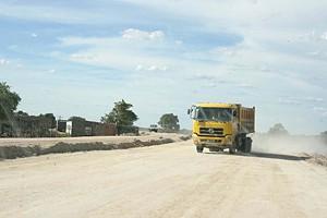 Estradas destruídas pelas chuvas do ano passado também estão a ser restauradas