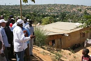 Governador Mawete João Baptista no morro do Tchizo durante a visita de campo aos bairros periféricos da cidade de Cabinda