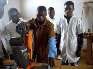 Jovens formandos durante aula prática nos pavilhões de artes e ofício