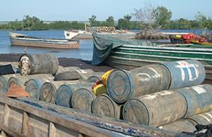 Tambores carregados de combustíveis no porto de Kimbumba prontos a serem transportados à RDC através do rio Zaire