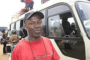 O motorista Custódio Pedro quando se preparava para levar passageiros e mercadorias às províncias do Kwanza-Sul e de Benguela