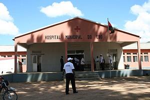 Parte frontal do Hospital Municipal construído de raiz e que veio limitar as deslocações de pacientes para o exterior do Ebo