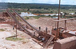 Nas actuais condições de exploração mineira os detritos são despejados directamente nos rios