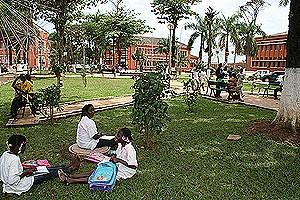Alguns dos jardins reabilitados servem de espaço de lazer e até de estudo dos jovens estudantes da cidade