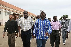 O governador Mawete João Baptista na visita que fez ao Hospital Central em reabilitação avançada