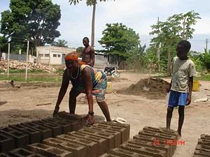 Julieta José, 47 anos, faz blocos e vende areia para sustentar a sua família