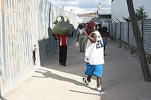 Um jovem coordena a travessia da mercadoria pela via ilegal