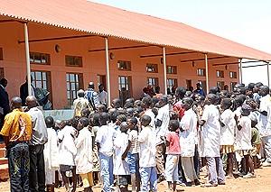 Alunos da única escola do ensino primário de duas salas de aula construída  recentemente na sede municipal do Rivungo