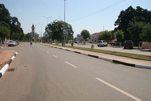 Uma das grandes avenidas da cidade de Saurimo