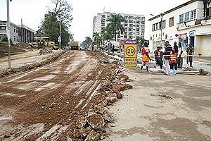 A emblemática rua do Comércio está a beneficiar de obras de reabilitação que vão deixar a cidade do Uíge com aspecto mais atraente