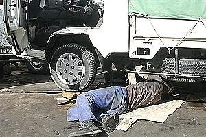 Existem na cidade do Namibe dezenas de oficinas de quintal e de rua onde os mecânicos efectuam as reparações