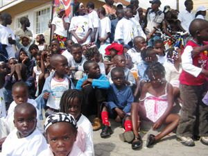 Uma instu«ituição humanitária acolhe crianças abandonadas e indica-lhes o caminho para o futuro