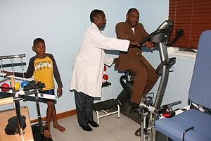 Fisioterapeuta Daniel Filipe quando cuidava do paciente  Alcino Nunes de Oliveira