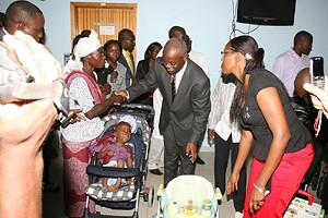 Governador de cabinda com uma criança com má formação congénita internada no Centro de Fisioterapia do Hospital 28 de Agosto