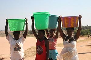 A população vai buscar água nos rios desde a madrugada até às primeiras horas da noite