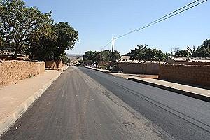 Um detalhe do estado actual de uma rua antes quase intransitável