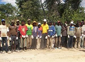 Grupo de jovens formados pelo Pavilhão de Artes e Ofícios do Kuvango e que hoje trabalham para o Caminho de Ferro de Moçâmedes