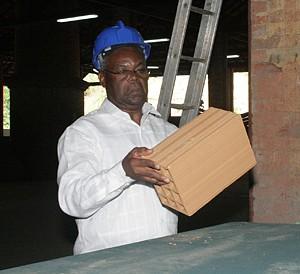 O governador ficou satisfeito com a qualidade dos tijolos produzidos em Sassa Zau