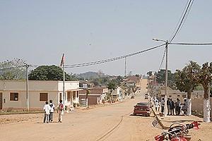 Uma vista da rua principal da vila de Quibaxe que procura recuperar o estatuto de um dos principais celeiros da província do Bengo