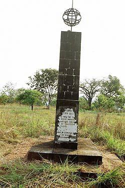 Como vestígio material da Batalha de Quelendende existe este monumento carcomido pelo tempo construído pela Diamang no Lóvua