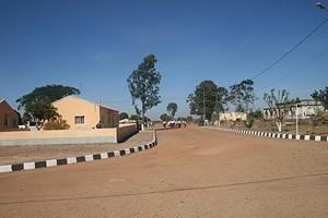 Pormenor da vila que aposta na reconstrução das suas infra-estruturas para recuperar o esplendor perdido durante a guerra