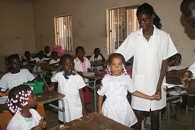 As crianças que estão inseridas no sistema escolar só podem dar-se por satisfeitas dada a escassez de salas de aulas