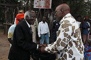 O Rei do Bailundo (à esquerda) cumprimenta o governador da província