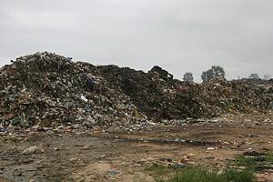 Lixo depositado a céu aberto a poucos metros da aldeia de Mbaca é um autêntico atentado à saúde pública