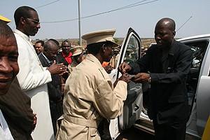 O governador provincial Ernesto Muangala quando fazia a entrega de uma viatura às autoridades tradicionais do município de Caungula
