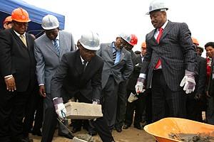 Momento em que o governador de Cabinda  e o ministro dos Transportes colocavam a primeira pedra para construção do novo cais