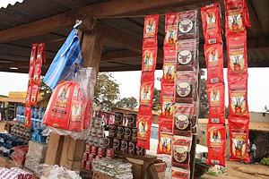 Bebidas espirituosas vendidas aos pacotes num dos mercados informais da cidade de Mbanza Congo