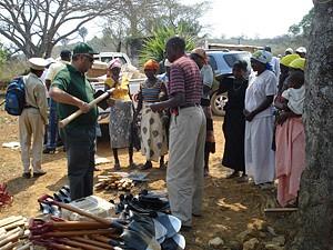 Camponeses querem transitar dos instrumentos manuais para os mecanizados